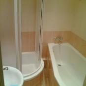 I v malé koupelně se vejde vana se sprchovým koutem      (Háje, Boháčova ulice,  byt 3+1)