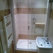 ZAsunovací skleněné dveře do sprchy   (Zličín, Písková ul.  rodinný dům)