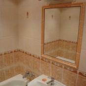 Zrcadlo integrované do obložené plochy     (sídliště Měcholupy,  Janovská ul,  byt 3+1)