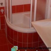dokonale obložená podezdívka sedacího sprchového koutu