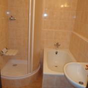 koupelna s vanou a sprchovým koutem      (Háje, ulice Podjavorinské  byt 3+1)
