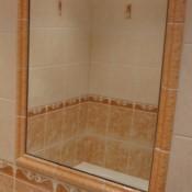 orámované zrcadlo vlepené do obkladaček
